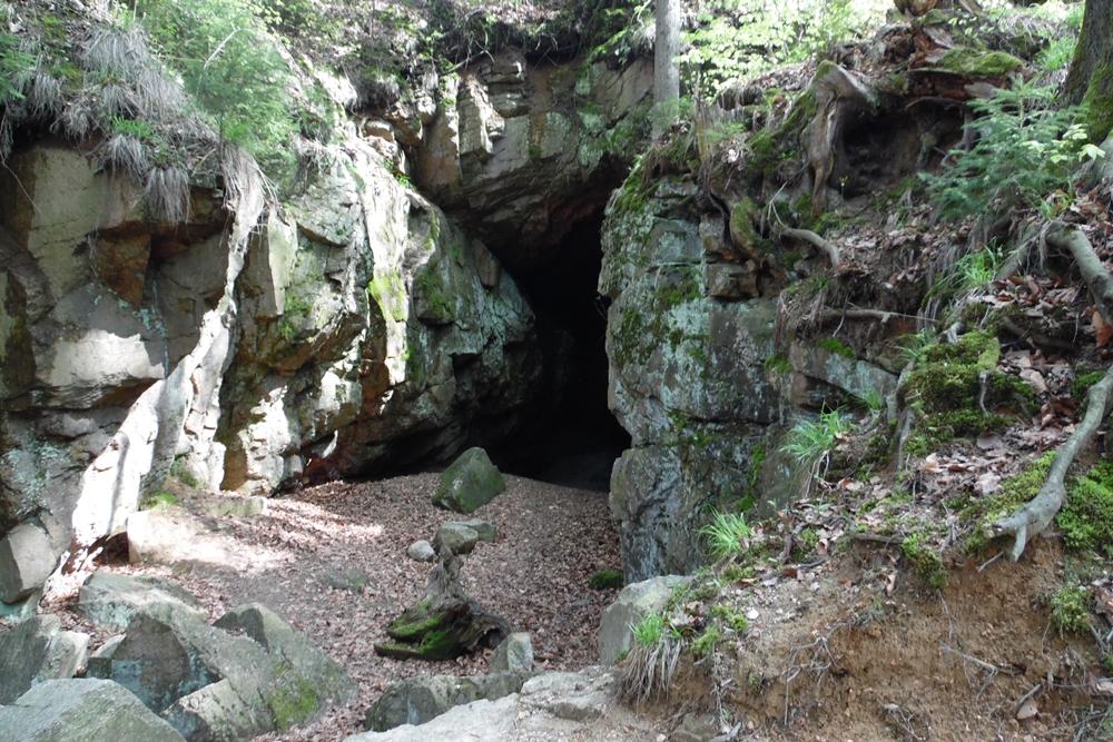 Czerwona Jama przy zielonym szlaku do Wodospadu Szklarki w Szklarskiej Porębie.