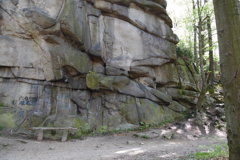 Szklarska Poręba 2016 - skała Dziobata tuż przy szlaku do Szklarki z urokliwą ławeczką u podnóża